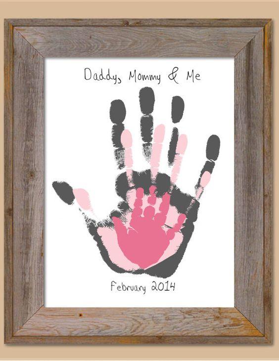 Dá para fazer como cartão ou como quadro,  a mão do pai, da mãe e da criança.