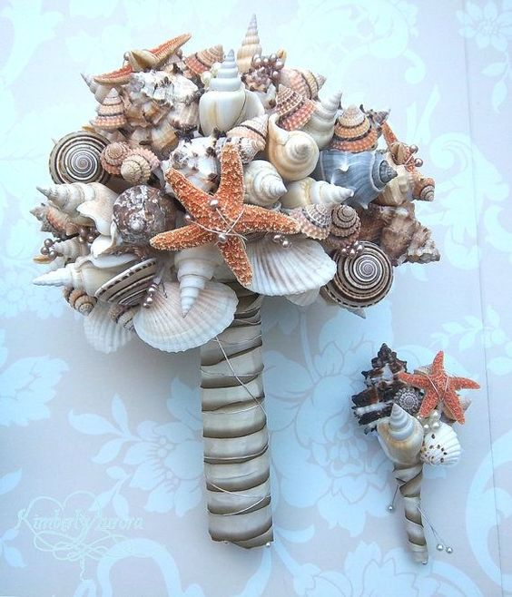 Casamento na praia: Um bouquet temático e mais resistente do que se fosse feito de flores naturais. Ótimo para as noivas que desejam guardar o bouquet!:
