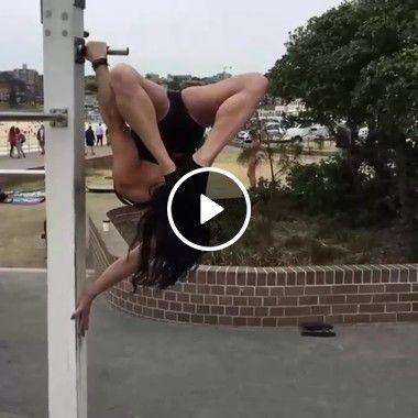 A mulher tem muito equilíbrio.
