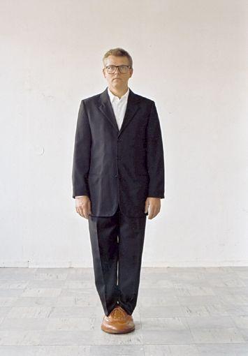 Axel Lieber, Ohne Titel (Sockel mit Bildhauer) (2002)