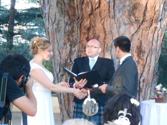 "Ritual celta de unir a la pareja con lazos.""Handfasting"" www.eventosycompromiso.com"