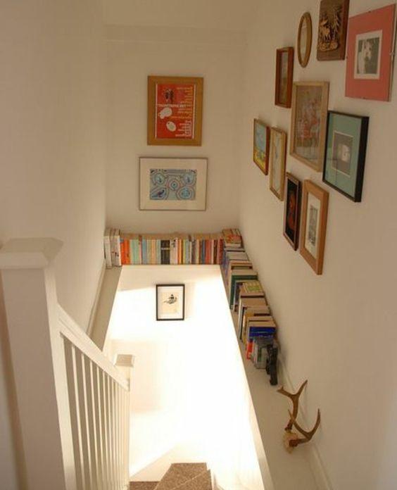 4idee-deco-escalier-mur-escalier-décoré-de-photos-et-tableaux-ètagere-livres-e1470833577370.jpg (700×864)