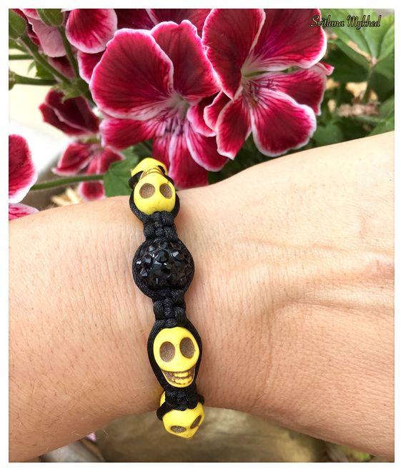 "Bracelet style shamballa ""Tête de Mort"" . Perles acrylques jaunes , cordon satin…"