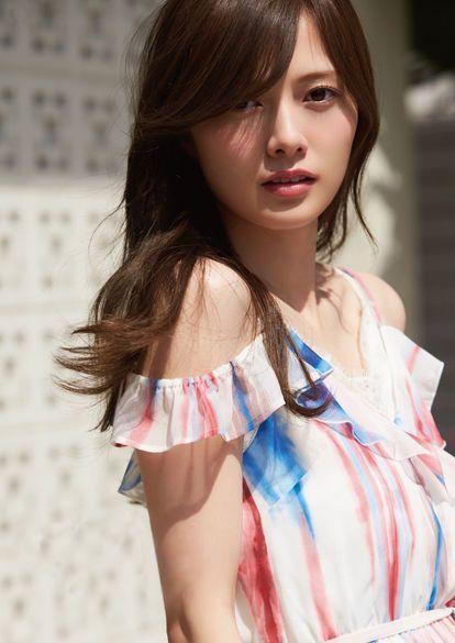 赤青模様の服の白石麻衣