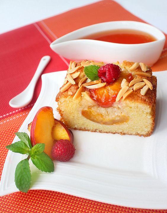 Бадемов сладкиш с нектарини и портокалов сироп
