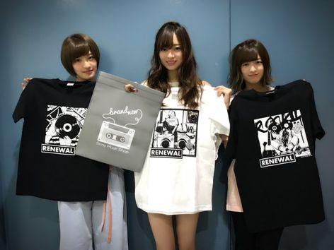 メンバーとTシャツを持って微笑んでいる梅澤美波の画像