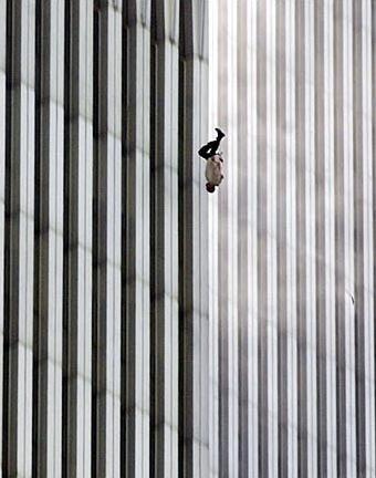 una fotografía tomada por Richard Drew durante los atentados del 11 de septiembre de 2001 contra las torres gemelas del World Trade Center, a las 9:41:15 de la mañana. En la imagen se puede ver a un hombre caer desde la Torre Norte del World Trade Center, que seguramente eligió saltar al vacío para evitar morir abrasado por las llamas
