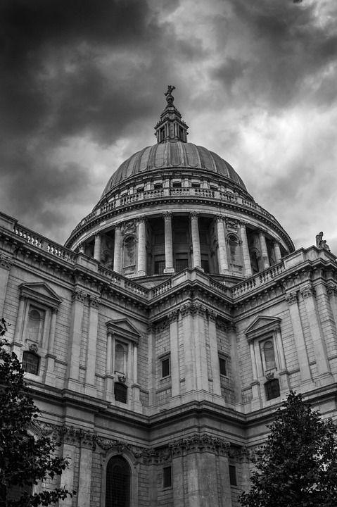 Perché i cristiani devono liberarsi dall'abbraccio mortale della sinistra