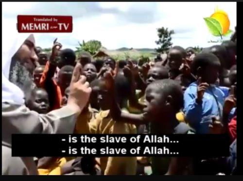 Schrecklich Afrika sind immer mehr islamische Prediger unterwegs, so auch der ägyptische Kleriker Wahid Abed Al Salam. Sie überzeugen die Einwohner, ihren Glauben an Jesus aufzugeben und erklären, Jesus sei ein Sklave Allahs und des Propheten Mohammeds gewesen. Es werden bevorzugt christliche Gemeinschaften in den abgelegenen Dörfern Ugandas, Tansanias, Ghanas und anderen Ländern Afrikas aufgesucht, um die Menschen dort vom christlichen Glauben abzubringen.