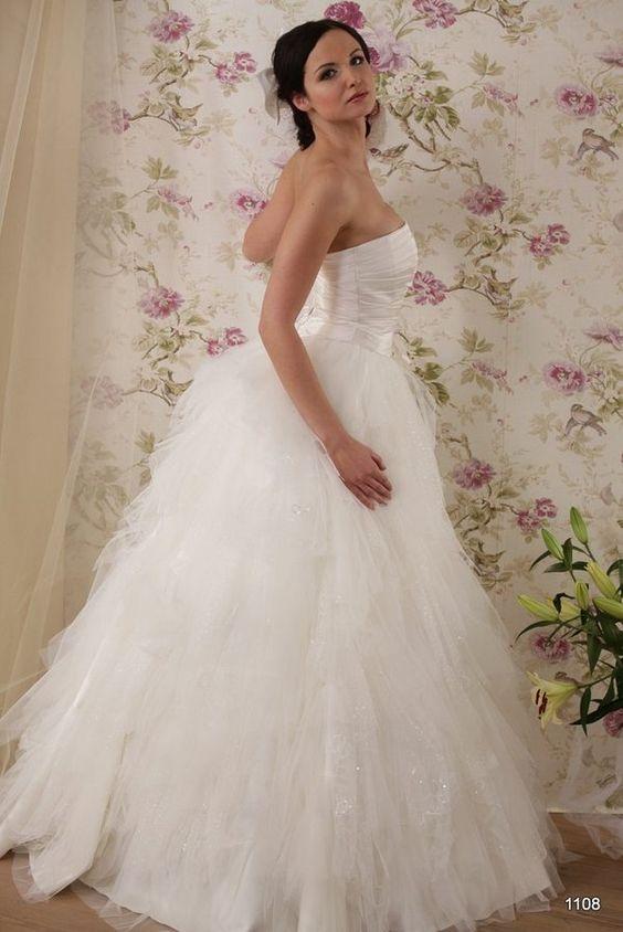 Model 1108 | Pracownia Sukien Ślubnych Poznań - Jolanta Duda-KoprowskaZapraszamy na przymiarki naszych sukienek w pracownii. Znajdziecie tu #tiulowe# #koronkowe# #muslinowe# i inne, zawsze #eleganckie# #suknie# #ślubne#