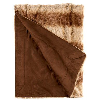 """Auf alle Felle ganz schon kuschelig: Diese Kunstfelldecke ist so seidig weich im Griff wie echter, dichter Pelz, dabei aber 100 % tierfreundlich. Sie verströmt rustikale Gemütlichkeit und lädt dazu ein, es sich auf dem Sofa oder vor dem Kamin so richtig gemütlich zu machen. Optik """"Wolf"""". Aus der Serie Wild Thing sind weitere Decken und Kissen erhältlich."""