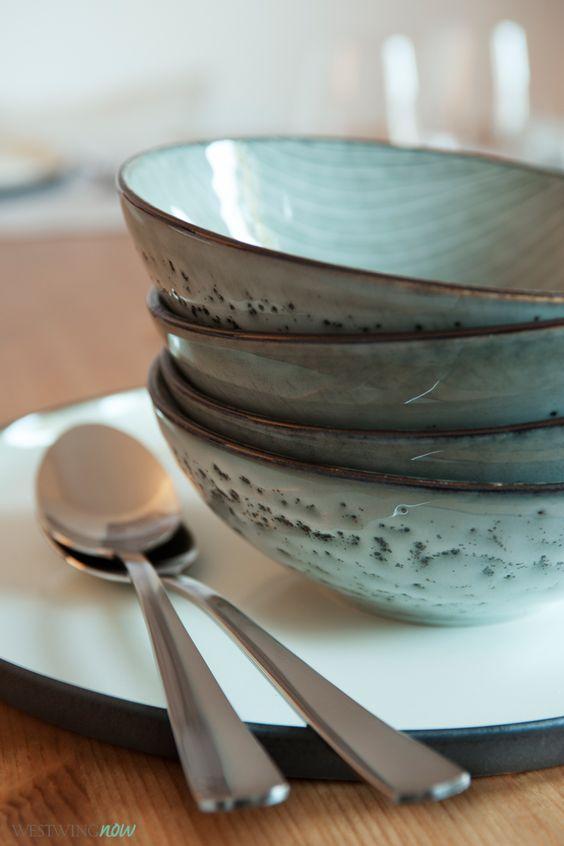 Das Steingut-Geschirr von Broste Copenhagen liegt mit seinen wasserfarbenen Lasuren voll im Trend und wirkt sowohl auf rustikalen Holztischen als auch auf edlen Tischtüchern.