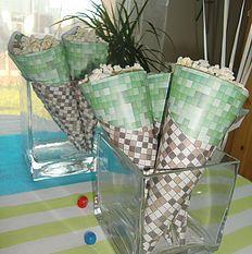 Buffet d'anniversaire Minecraft Cornets de pop-corn. MarieRêve crée et réalise vos décorations personnalisées, votre Buffet Douceur ou Bar à bonbons, table des enfants pour fête, anniversaire, mariage, baptême, baby-shower... http://mariereve7.wix.com/mariereve