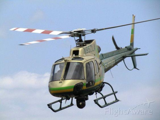 青空を飛ぶヘリコプター