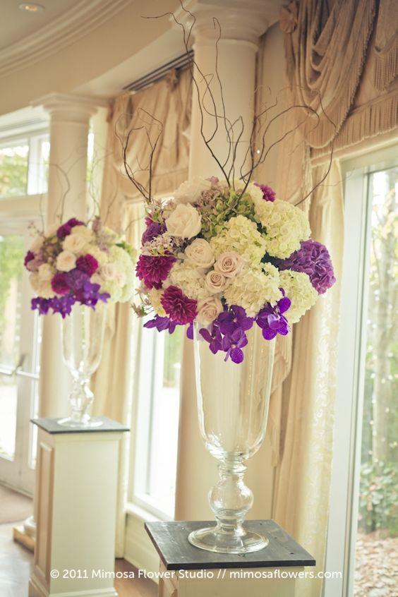 centros de mesa en jarrones altos decorados con flores en la parte superior sin relleno