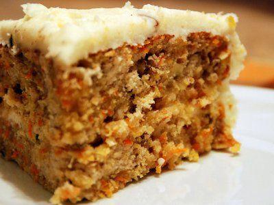 Receta de Pastel de Zanahoria con Coco y Piña | Este rico pastel de zanahoria también lleva coco rallado y piña, dándole un sabor único. Va cubierto en el rico betún de queso crema y decorado con nueces.