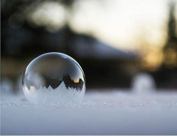 De magnifiques photographies de bulles de savon gelées, comme des oeuvres d'art éphémères et délicates, capturées par la photographe américaineAngela K