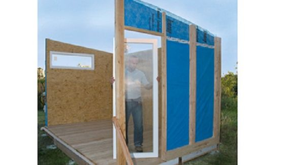 Das senkrechte Fenster müssen Sie einbauen, bevor die zweite Längswand aufgestellt wird.