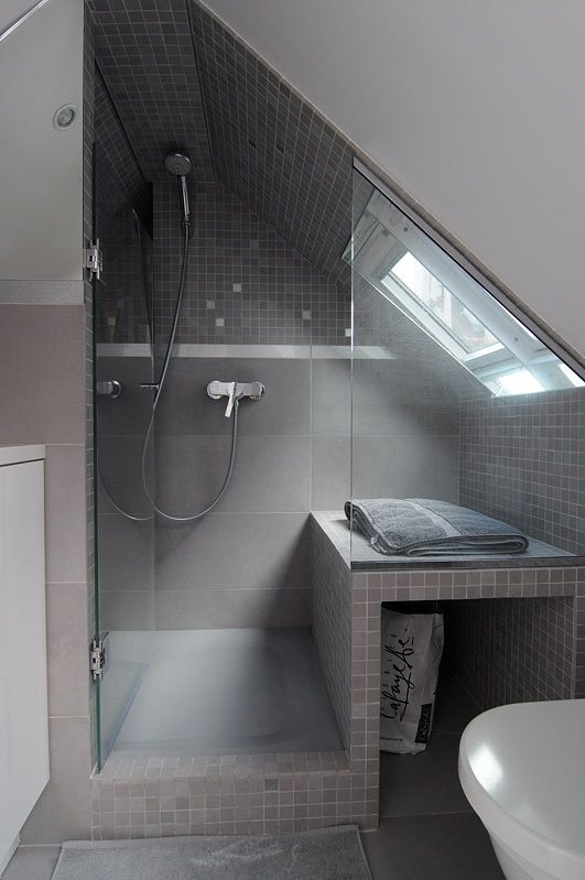 Using up the space under the eaves beside a shower for extra deep - wohnideen small bathroom