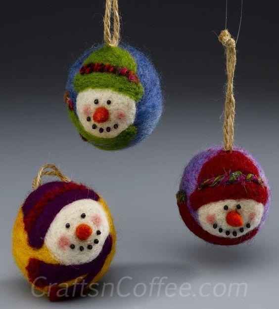 Questi sono i più dolci ornamenti pupazzo di neve!  Essere sicuri di fare extra!  CraftsnCoffee.com