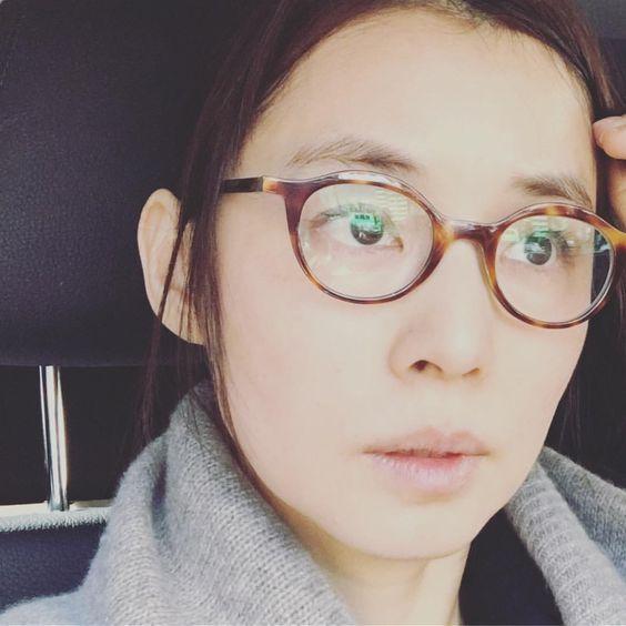 鼈甲眼鏡をかけた石田ゆり子