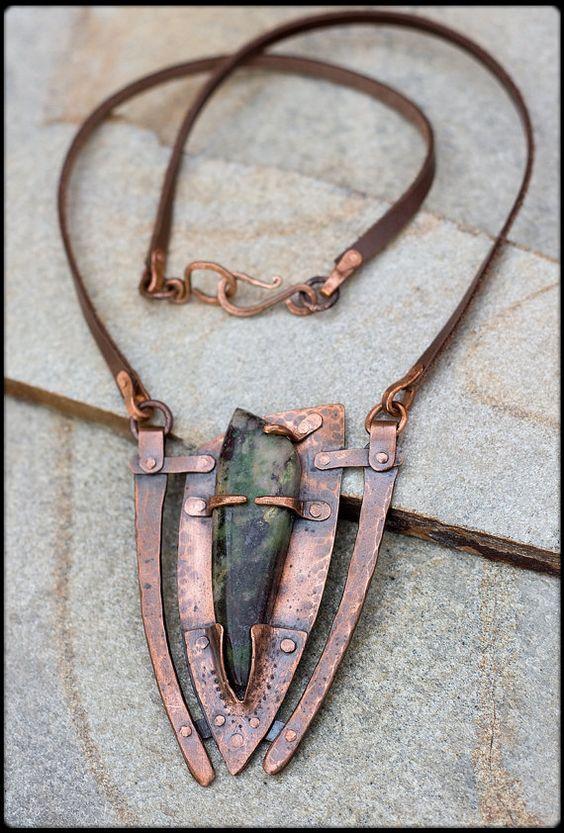 collar de cobre forjado a mano con Crisocola: por AnniamAeDesigns