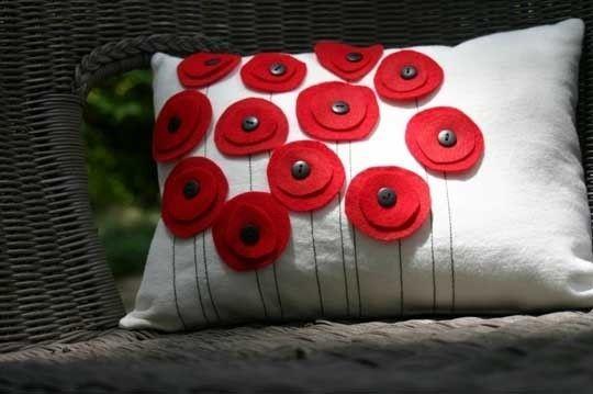 Coussin avec des coquelicots en feutrine et boutons / Cushion with felt flowers and buttons: