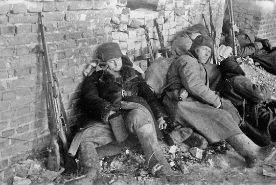 Erschöpft:  Sowjetische Soldaten ruhen sich in Stalingrad im Februar 1943 im...