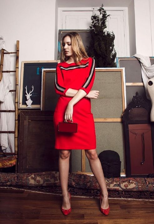 Comprar vestido rojo Philippa and Co - Vestido rojo manga larga con detalle bordado cuello y mangas de rayas blancas y negras