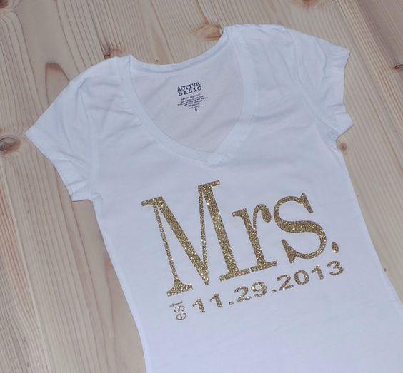 Mrs. V-Ausschnitt. Personalisierte Datum T-Shirt Top. Braut Geschenk. Gold. Frau Shirt. Hochzeitskleidung. Hochzeits T-Shirt. Hochzeit T-Shirt.