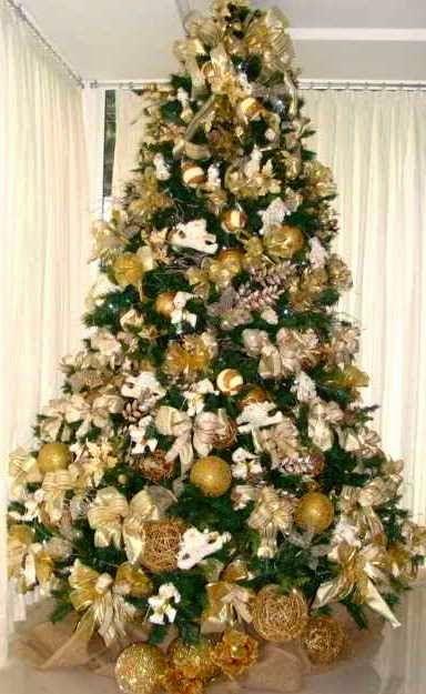 decoracao arvore de natal vermelha e dourada:Árvore de Natal com enfeites dourados.