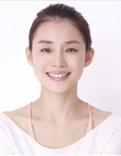 オールバックにまとめたヘアスタイルの石田ゆり子