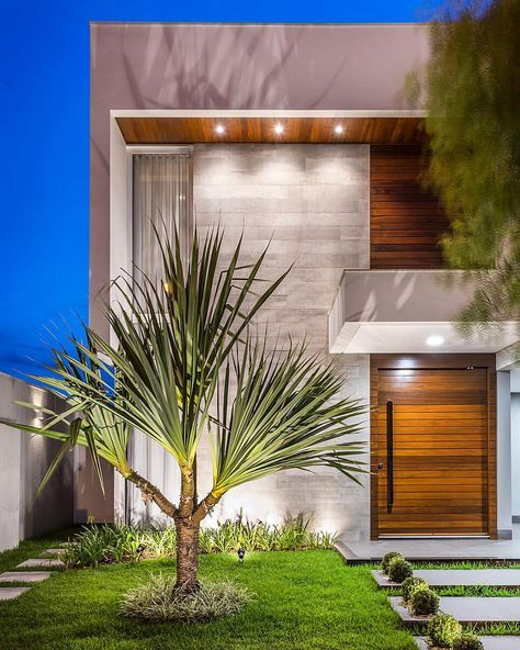 Nessa residência com fachada sóbria e moderna, o uso do porcelanato, com efeito concreto, se destaca pela iluminação dirigida e se…