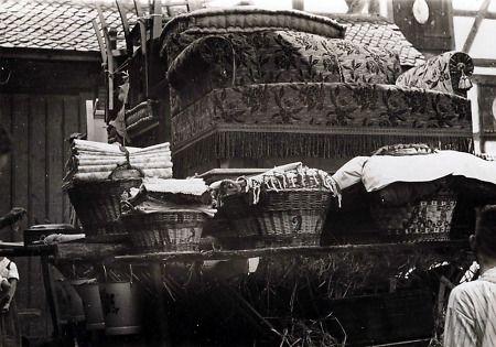 Aussteuer auf einem Brautwagen aus Mardorf,, undatiert