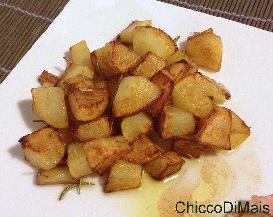 Patate al rosmarino (ricetta senza forno). Ricetta delle patate cotte in padella, croccanti all'esterno e morbide all'interno (senza bisogno di lessarle).