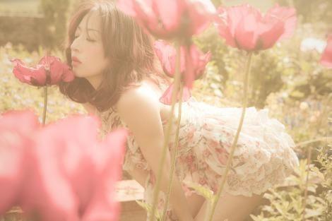 花にキスをする松雪泰子