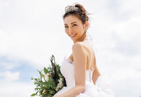押切もえシンプルな白いドレスにティアラ