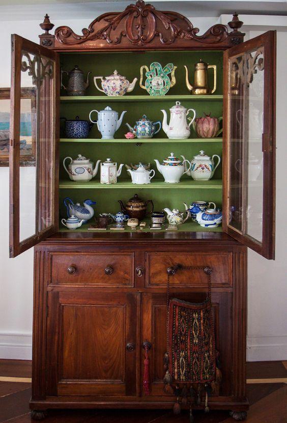 Coleções: louças também ficam lindas em cristaleiras antigas. Vale o investimento!