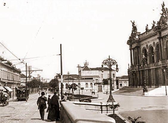 Em frente ao Theatro Municipal em 1912 (foto de Aurélio Becherini)