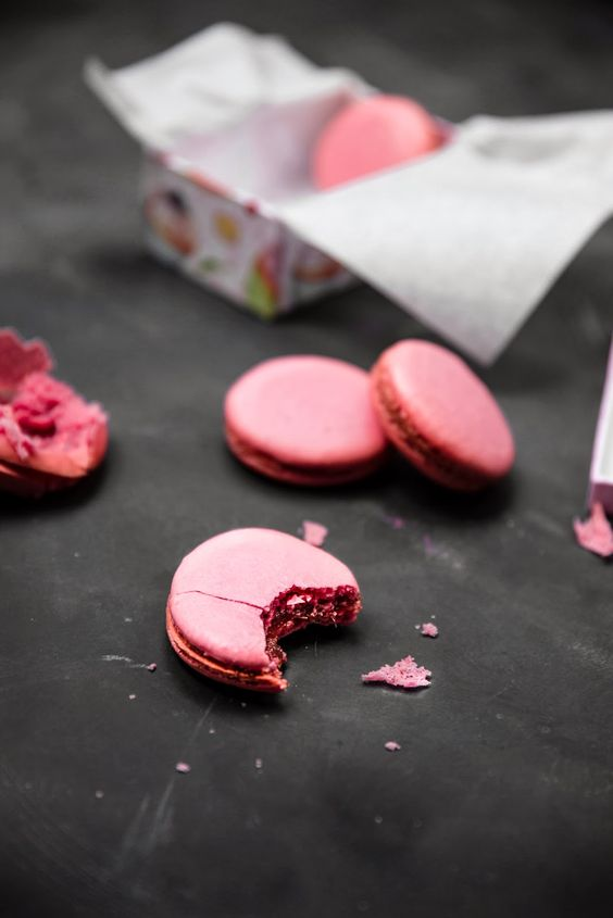 Rhubarb and vanilia french macarons