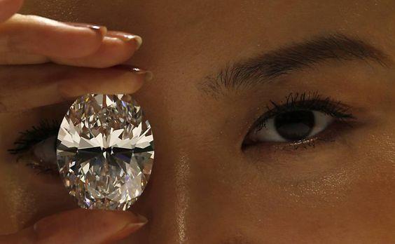 Modelo exibe diamante oval de 118,28 quilates, em Hong Kong; a joia será leiloada em 7 de outubro e tem valor estimado entre US$ 28 milhões (cerca de R$ 62 milhões) e US$ 35 milhões (cerca de R$ 77 milhões).