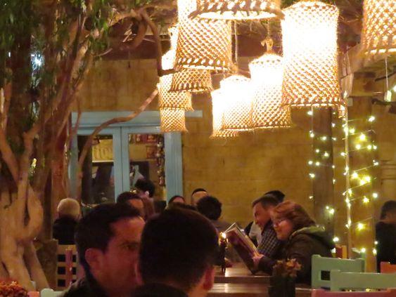 24. Villa de Leyva tiene restaurantes para todos los gustos. Estos están adornados con artesanias y luces que alegran el ambiente