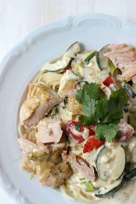 Schnelle Feierabendküche vom feinsten.Pasta mit Lachs in Dijon Senfkruste und Zucchini-Frischkäse Sauce. Frisch und gesund kochen muss nicht lange dauern.http://sasibella.blogspot.de/