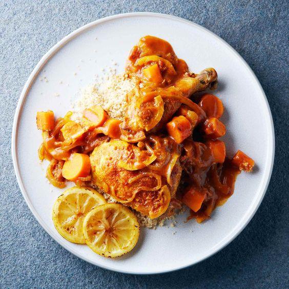 Le tajine est un plat marocain incroyablement aromatique, nommé d'après l'ustensile de cuisine traditionnel du Maghreb dans lequel on le cuisine et le sert.  | Le Poulet du Québec