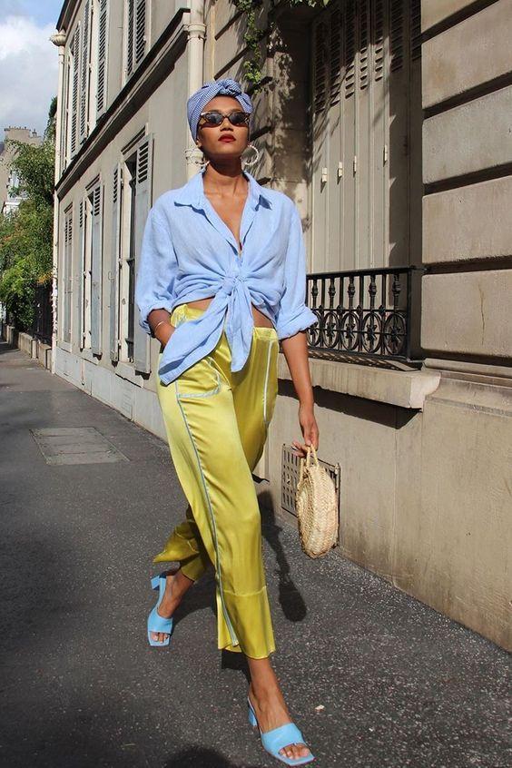 Mujer usando dos colores análogos en su look