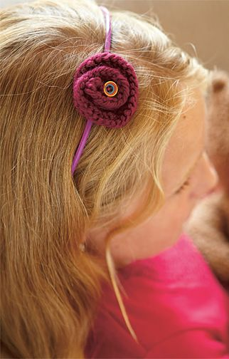 Trage die Blumen als Haarspange, auf Haarreifen oder als Brosche. Besonders hübsch sieht es aus, wenn du noch Knöpfe oder Bänder annähst.