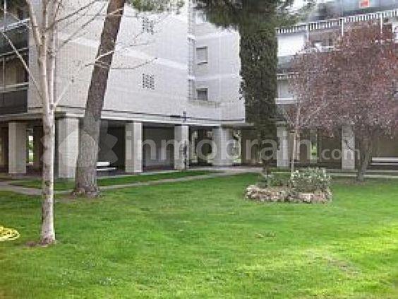 Piso en 1ª planta, con jardín y piscina comunitaria, ubicado en urbanización cerrada que dispone de centro comercial, con proximidad a ctra de la Coruña y parada de metro de Majalahonda.