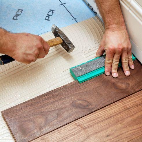 Ein Holzboden Wirkt Edel Und Warm Doch Ist Ein Echtholz Boden Das Richtige Furs Badezimmer Dank Einer Systemlosung Lass Garage Boden Holzboden Im Bad Parkett