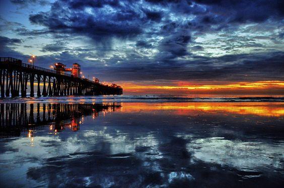 El cielo se volvió naranja al anochecer en el muelle de Oceanside, California.