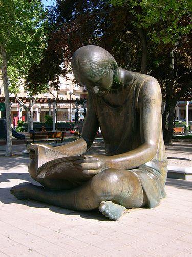 leyendo escultura